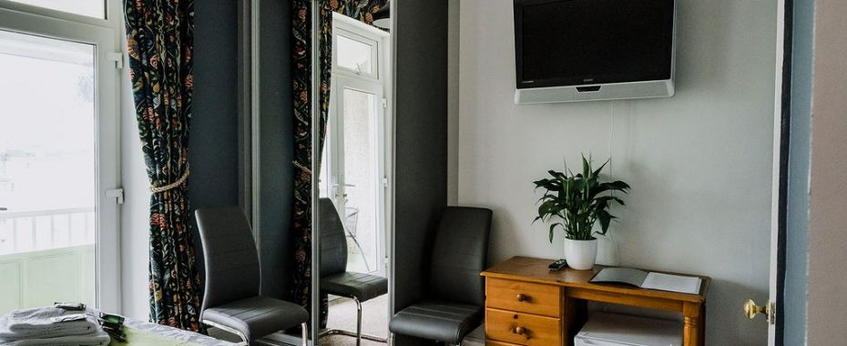 Galahad - En suite with kingsize bed and own balcony - Avalon Guest House Newquay