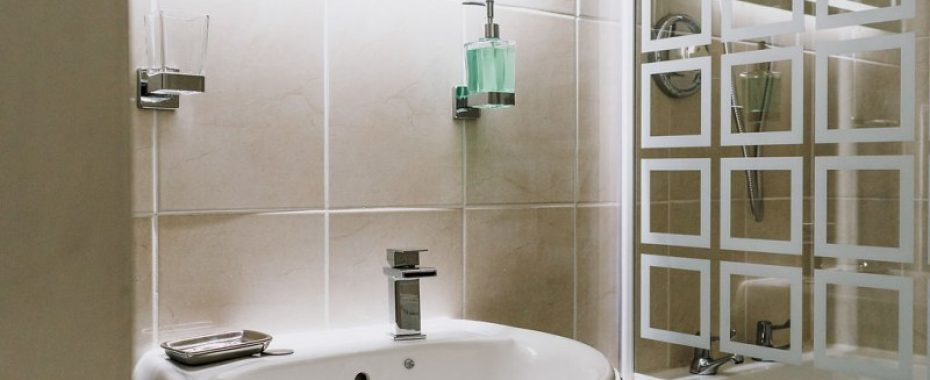 Launcelot Twin - double room ensuite with bath and shower 4